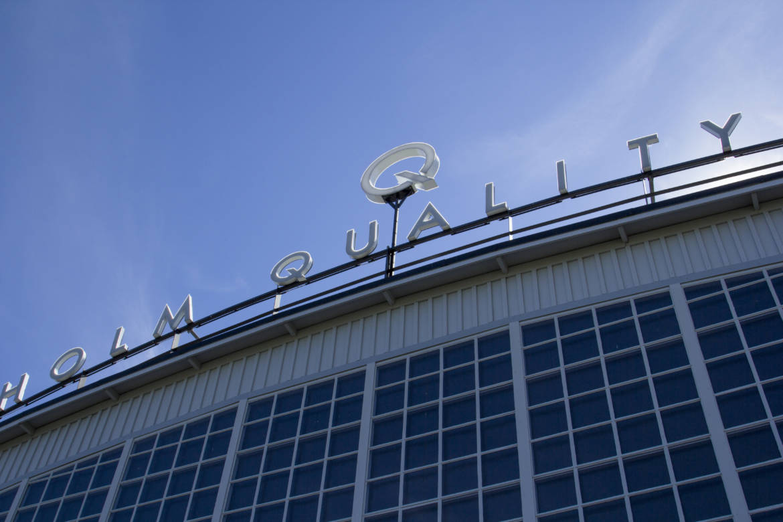 Stockholm Quality Outlet expanderar. Nyproduktion. Här lägger Årsta Tak AB Alutrix som ångspärr och ovanpå det Resitrix MB som ytskikt. Här tänker Fastighetsägaren långsiktigt och med denna lösning får de ett underhållsfritt och problemfritt tak.